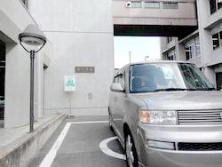 京都おもいやり駐車場に駐車している車の写真