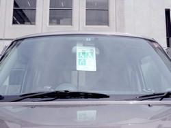 利用証をかけた車の写真